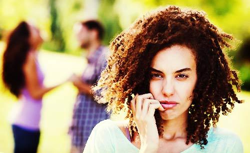 恋人と会話する女友達に嫉妬する女性