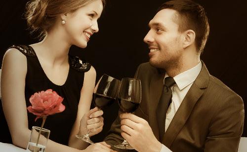 スーツ姿でレストランで食事をするカップル
