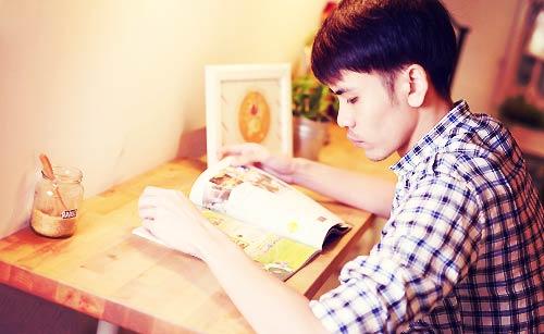 恋愛雑誌を必死に読む男性
