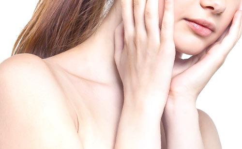 顎の下を触る女性