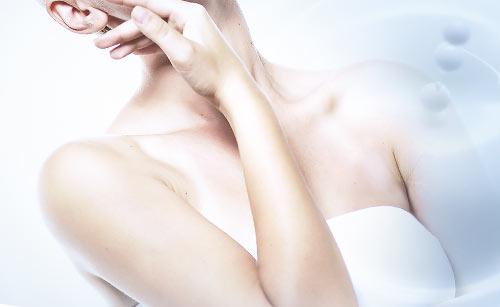 乳液と顏を触る女性