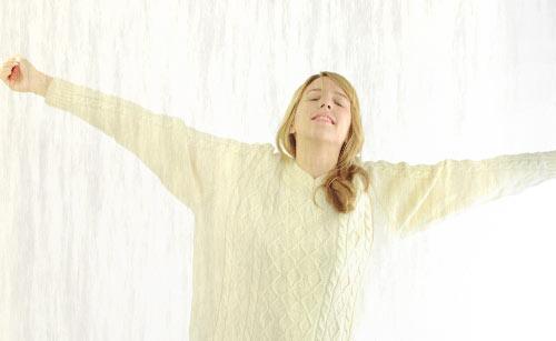 呼吸をしながら伸びる女性