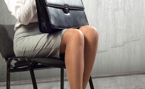綺麗な姿勢で座る女性