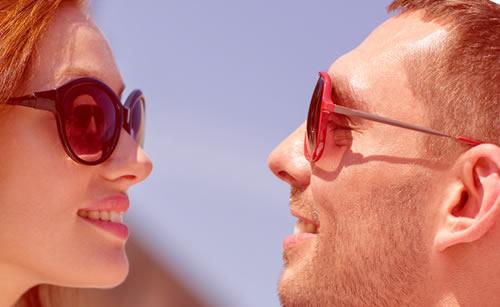 サングラスで見つめ合うカップル