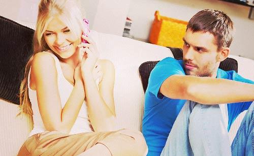 彼氏の文句に動じず電話をする女性