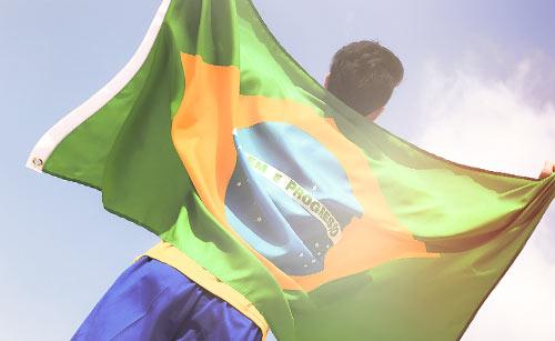 国旗を背負う海外のサッカー選手