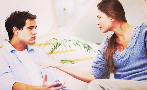 彼氏に口論する女性