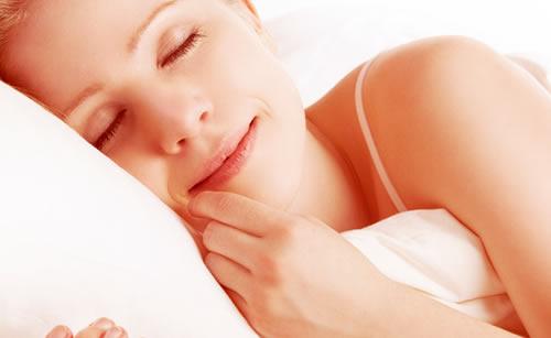 ベットで熟睡している女性