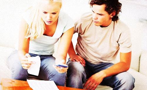 家計簿を付けるカップル