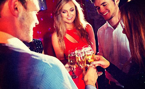 バーで乾杯する女性と男性