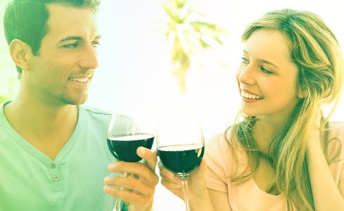 ワインで乾杯するカップル