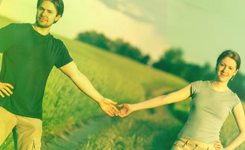 道端で手をつなぐカップル