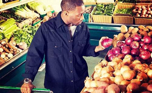 スーパーで買い物をする男