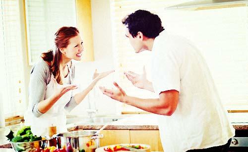 キッチンでケンカするカップル