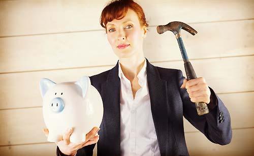 貯金箱を占領する女