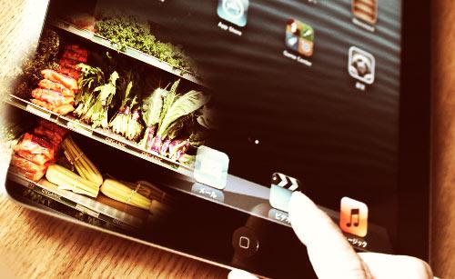 タブレットとスーパーの野菜