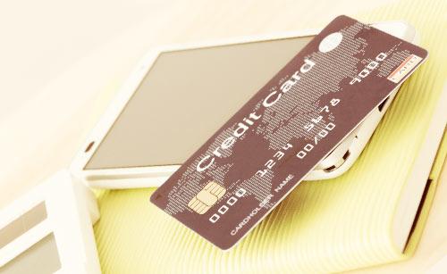 スマートフォンと電卓、クレジットカード
