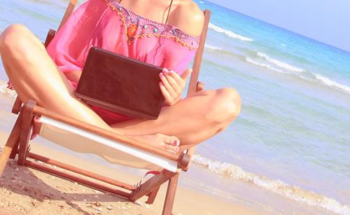 海岸にイスを持ち込んだ女性