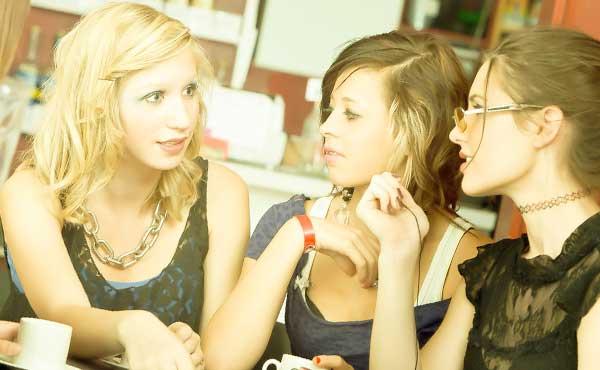 恋の悩みを女友達から打ち明けられたときのベストな対処法
