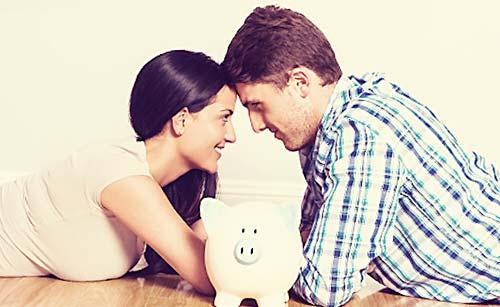 貯金するカップル