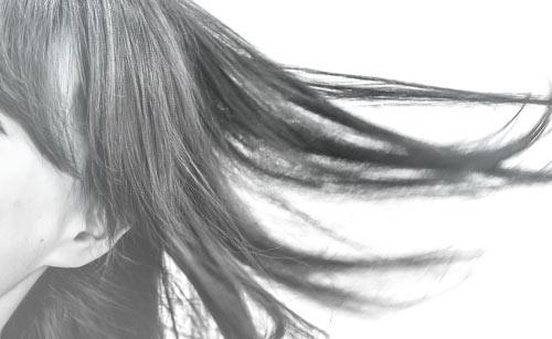 なびく髪の女性