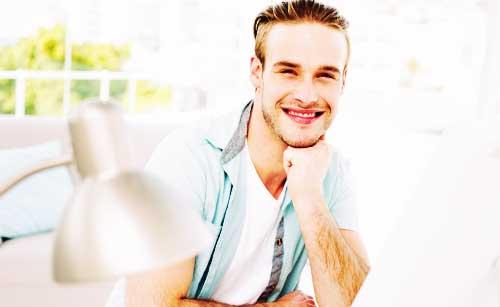 笑顔で見つめる男性