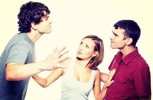 彼女を巡り友達と喧嘩する男たち