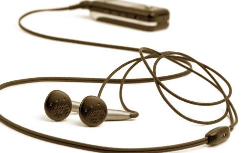 長いケーブルのイヤホンと携帯電話