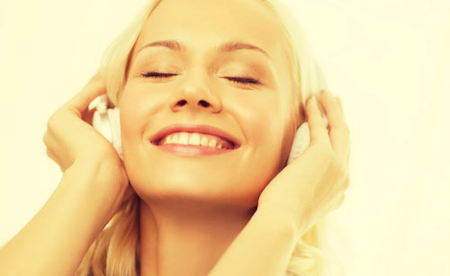 気持ちよさそうに音楽を聴く女性