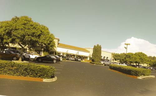 駐車場から遠くに見えるお店