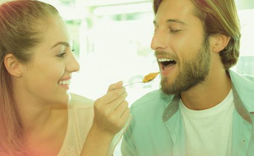 彼に食事を食べさせる彼女