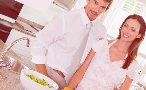 料理を楽しむカップル