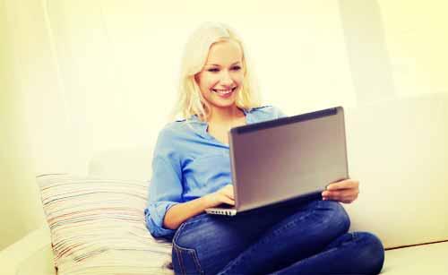 ネットを楽しむ女性