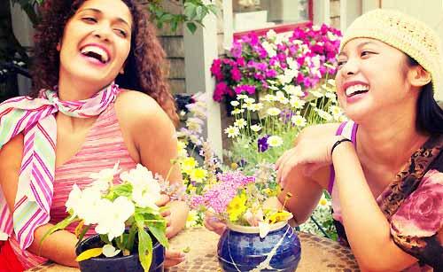 笑い話する女性