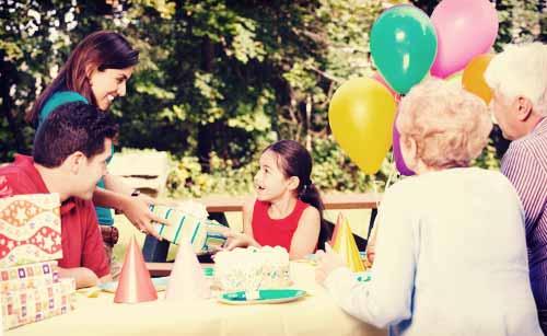 子供を祝う家族