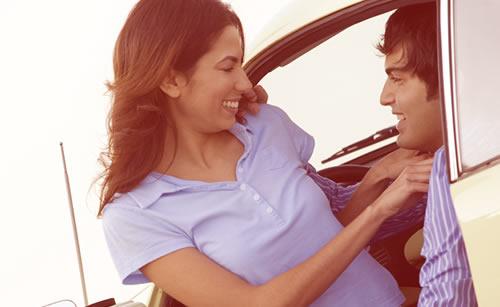 早朝のドライブデートを楽しむカップル