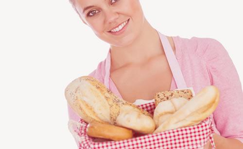朝食はパンで健康的な女性