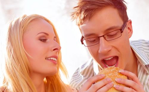 休憩中にハンガーバーを食べる男性