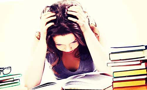 勉強で大変な女性