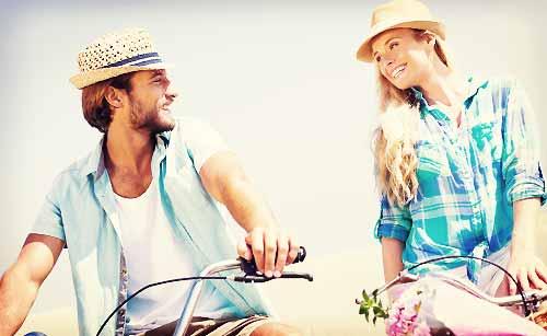 彼氏に笑顔で接する女性