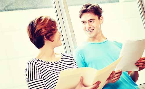 女友達と会話する男性