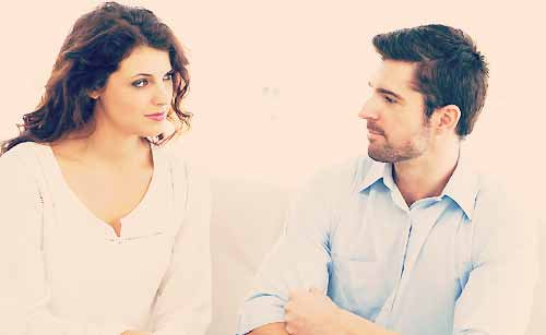 相談するカップル