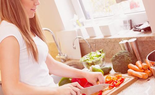 野菜を調理する料理上手な女性