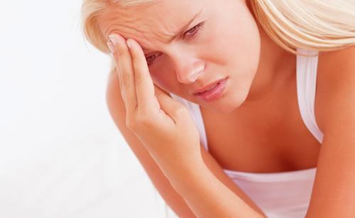 ストレスで頭痛に悩む女性