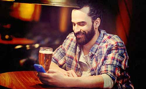 酒に酔っ払いスマホでメールを送る男性