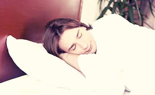 幸せそうに眠る男性