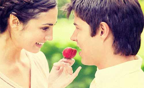 男性に苺を差し上げる女性