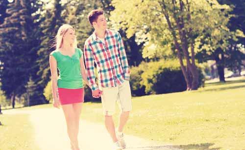 ゆったり歩くカップル