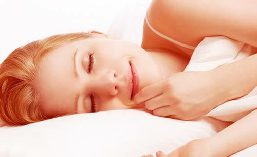 気持ちよく熟睡する女性