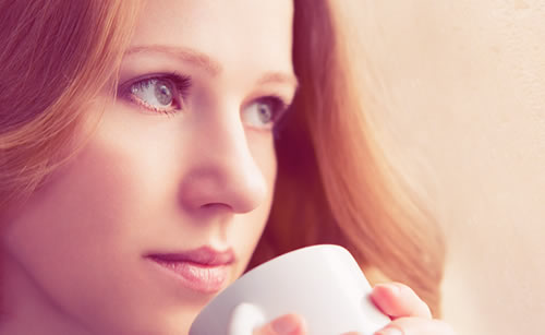 就寝前のコーヒーを飲む女性
